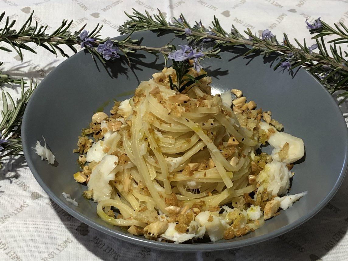 Spaghetti con Baccalà, briciole di Pane e Mandorle croccanti